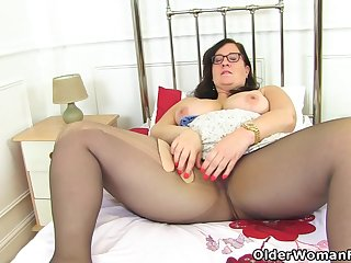 English BBW Jayne Storm lets you regard highly her hairy fanny